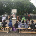 Kinderlieder am Kita-Zaun – Das Ensemble des Jungen Theaters besuchte 20 Kitas und Grundschulen